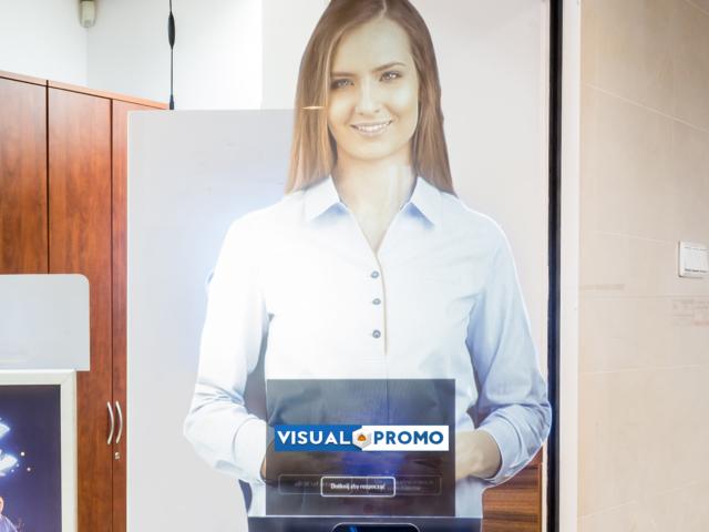 wirtualna postać 3d, wirtualna asystentka, holohostess, bok, dedykowane oprogramowanie