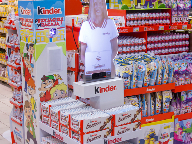 stoisko promocyjne, Kinder, Ferrero, wirtualna asystentka, hologram, holohostessa