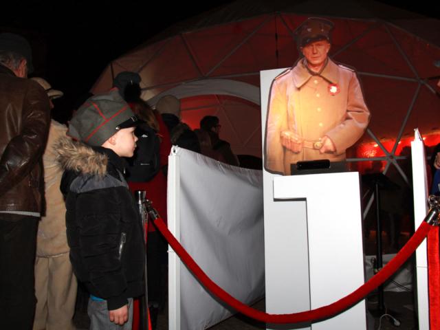 holohostess, wirtualny żołnierz, muzeum, wystawa, hologram